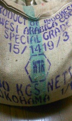 インドネシア(というよりアジア)のコーヒーとして抜群のファン層を持つ名品です。大変まろやかでコクがあり多くの人々を魅了してきたいわゆる「トラジャ」です。スラウェシ島にあるトラジャ高原のカロシという地域で栽培されて欧米や日本へ輸出されます。日本の大手コーヒー会社が「トラジャ」という名前を商標登録してしまったため商品名としてあまり堂々と出せませんが紛れもなくトラジャ・コーヒーと呼ばれる商品になります。