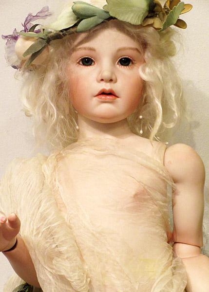 <p>作品名:花の伝説 <br>サイズ: 約75cm  <br>材質: ビスク+革ウエスト <br>髪質: モヘア&lt;ライトブロンド&gt; <br>目: PWグラスアイ&lt;ブルー&gt; <br>衣装:ドレス、花冠<br>その他: なし</p><p>展示室に展示中の作品になります。<br></p>