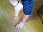 健康リング 足首用塩化ビニール製 脱着器付 (黒)装着例