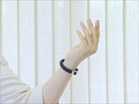 手首用布製ブレスレット・脱着器付:紺 装着例