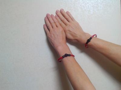 健康リング 足首用塩化ビニール製 脱着器付(赤)装着例