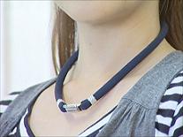 首用布製ネックレス・脱着器付 装着例