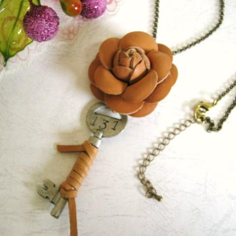 ☆革花のカジュアルなネックレス