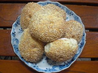 中国・福建で食べられている光餅(グアンピン)と呼ばれるパンです。<br>豚まんや花巻は蒸したものですが、光餅は焼いたパン。<br>固いパンだなぁとお感じになるかも知れません。<br>でもトースターで温めると、外はパリッと中はふっくら♪<br>天然酵母を使い、金宋お母さんが愛情込めてひとつずつ作っています。<br>かみ締めるほど味のあるパンです。<br><br>横に切り目を入れ、軽くトーストしてバターやジャムをぬって。<br>焼豚をはさんでもGood!<br>香ばしいゴマの風味がきいています。<br>パン自体に油は使っていないので、コレステロールが気になる方にもオススメ。<br>冷凍保存は1ヶ月を目安にして下さい。<br><br>直径:約8cm<br>重さ:40g前後<br>手作りのため個体差があります。