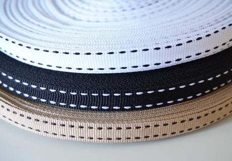 <p>幅10mmのステッチグログランリボンです。</p><p>※両面タイプです</p><p>幅10mm/1mのお値段です。(1mカット済みとなる場合があります)</p><p>カラー:ベージュ×ブラウンステッチ</p><p>ホワイト×ブラックステッチ</p><p>ブラック×ホワイトステッチ</p><p>ブラウン×ホワイトステッチ</p><p>ネイビー×ホワイトステッチ</p><p><br></p><p><br></p>