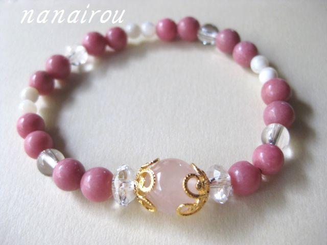 女性らしいピンク色のブレスレットです。<br>恋愛運がアップするように組みました。<br><br>・ローズクオーツ<br>・ロードナイト<br>・水晶<br>・マザーオブパール<br>・内径 約16.5センチ