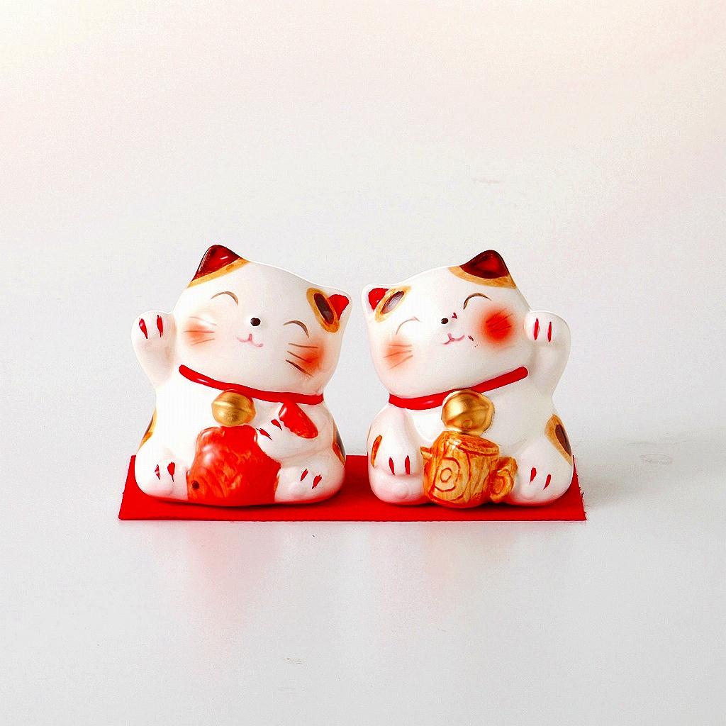 <div>【瀬戸焼】付属品:赤布×1&nbsp; <br>恵比寿猫×1/4.8×5×6.5cm&nbsp; 大黒猫×1/4.8×5.2×6.3cm&nbsp; <br>材質:陶器<br>生産地:日本</div><div><br></div><div>■用途以外のご使用はお控えください。<br>■器の特徴として、色ムラ、貫入、釉だれ、釉溜まり、陶器の原料となる土を使用したことによる鉄粉、銅版紙で絵付けされた商品の柄の濃淡、シワやかすれ、柄ずれ、窯変により釉薬や呉須の焼け方、流れ方、発色の変化などが生じる場合がございます。<br>■陶器は吸収性がございますのでご使用後食器を汚れた水に浸したまま放置するとカビやシミを発生する原因となりますので、よく洗って乾燥してから収納してください。<br></div>