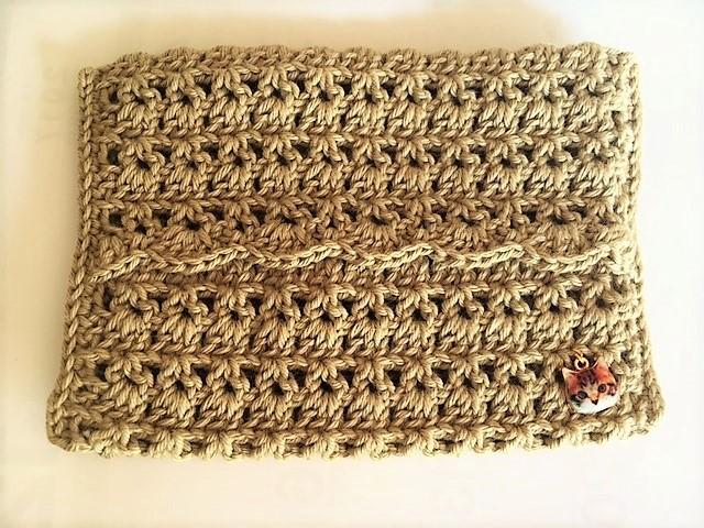 手編みのポケットティッシュケース。こちらのお色はベージュです。