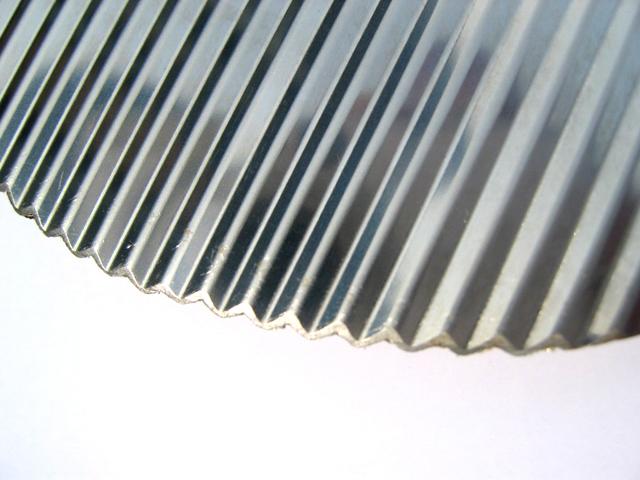 波板状の刃部は、使用に伴い先端が摩耗し、波刃となります。