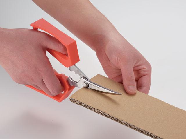 ハサミとして普通に使えて、力の必要なときは手を添えて押し切ることで、手に負担をかけることなく作業ができます。