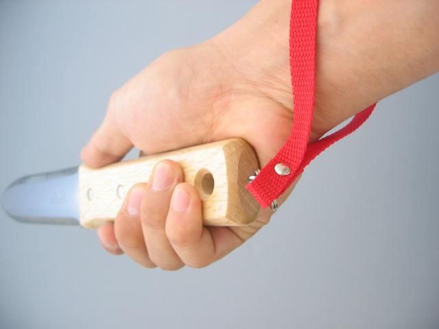 ●ストラップパイレン(PP繊維)製のストラップを採用しています。手首に引っかけて使用することで、落下・すっぽ抜けを防止し安全に作業できます。屋外での使用時に、目立つ色で認識しやすく紛失を防止します。