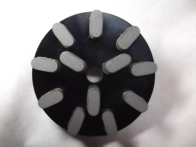 切れ重視のボンド設定です。大島等の白石及び黒石、天山等の固い石もこのボンドで対応しています。当社のレジン研磨盤の切れ味を一度試して見て下さい。きっと満足されると思います。<br /><br /> 基盤は、メタルダイヤと同じ基盤を採用しダイヤの刃の配列もメタルダイヤと同じにしています。こうすることによりメタル、レジンとも同じような感覚で研磨作業できます。一度使ってみて下さい。<br /><br />チップ高さ 15ミリ