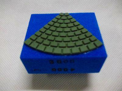 使い方については、ユーチューブ https://www.youtube.com/watch?v=gV-0YTuwWiw をご覧下さい。ダイヤ砥石は、使い方によって思うように削れない場合がでてくることがあります。たとえば新品時包丁の裏面などそった面を磨くと砥石の一部しか当たらないで綺麗に研磨できないことがあります。そのような時は、と石を溝の部分で割り柔らかくしてから磨くと、フィットしやすくなります。刃物を磨くのでくれぐれも怪我をしないように気を付けて作業してください。<br /><br />