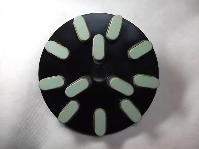 基盤は、レジンダイヤと同じ基盤を採用しダイヤの刃の配列もレジンダイヤと同じにしています。こうすることによりメタル、レジンとも同じような感覚で作業できます。一度使ってみて下さい。<br /><br />チップ高さ 10ミリ<br />http://nsk.sakura.ne.jp/<br />5枚以上の発注があるときは、直接電話して下さい。<br />電話番号は、ホームページに記載して開けます。