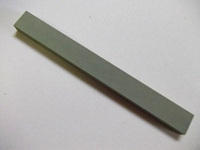 樹脂とダイヤモンド砥粒を混ぜ合わせ焼き固めた砥石です。ソフトな当たりと、切れ味を優先した配合で造っています。ダイヤモンド砥石なので焼入れ鋼など硬いものも削ることが出来ます。