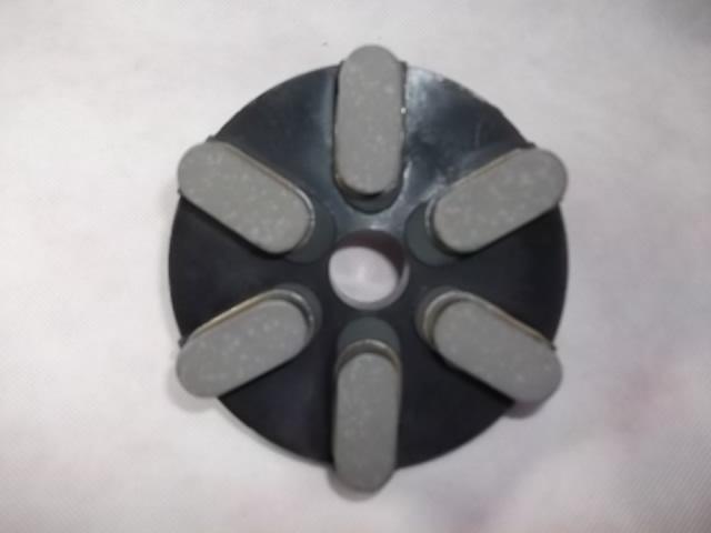 切れ重視のボンド設定です。大島等の白石及び黒石、天山等の固い石もこのボンドで対応しています。当社のレジン研磨盤の切れ味を一度試して見て下さい。きっと満足されると思います。<br /><br /> 基盤は、メタルダイヤと同じ基盤を採用しダイヤの刃の配列もメタルダイヤと同じにしています。こうすることによりメタル、レジンとも同じような感覚で研磨作業できます。一度使ってみて下さい。<br /><br />チップ高さ 15ミリ<br />http://nsk.sakura.ne.jp/<br />5枚以上の発注があるときは、直接電話して下さい。<br />電話番号は、ホームページに記載して開けます。
