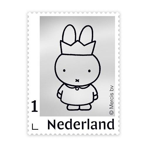 """<font face=""""Arial, Verdana"""" style=""""color: rgb(102, 51, 0); font-size: 13px; background-color: rgb(255, 255, 255);""""><span style=""""font-size: 10pt;"""">nijntje65記念にオランダ郵政(Post NL)から発売された、ゴールドスタンプです。</span></font><div style=""""margin: 0px; padding: 0px; color: rgb(102, 51, 0); background-color: rgb(255, 255, 255); font-size: 10pt;"""">999/1000、シルバー999、純銀使用。</div><div style=""""margin: 0px; padding: 0px; color: rgb(102, 51, 0); background-color: rgb(255, 255, 255); font-size: 10pt;"""">ブルーナさんの絵本を思わせるパッケージ。</div><div style=""""margin: 0px; padding: 0px; color: rgb(102, 51, 0); background-color: rgb(255, 255, 255); font-size: 10pt;""""><br></div><div style=""""margin: 0px; padding: 0px; color: rgb(102, 51, 0); background-color: rgb(255, 255, 255); font-size: 10pt;""""><br></div><div style=""""margin: 0px; padding: 0px; color: rgb(102, 51, 0); background-color: rgb(255, 255, 255); font-size: 10pt;"""">★</div><div style=""""margin: 0px; padding: 0px; color: rgb(102, 51, 0); font-family: Verdana, Ariel, Helvetica, メイリオ, Meiryo, &quot;MS Pゴシック&quot;, sans-serif; font-size: 13px; background-color: rgb(255, 255, 255);""""><div style=""""margin: 0px; padding: 0px;""""><font face=""""Arial, Verdana""""><span style=""""font-size: 13.3333px;"""">今年は、世界中のディック・ブルーナの本のすべてのキャラクターの中で最も有名で最も人気のあるミッフィーの約65年です。</span></font></div><div style=""""margin: 0px; padding: 0px;""""><font face=""""Arial, Verdana""""><span style=""""font-size: 13.3333px;"""">&nbsp;PostNLは、この特別な記念日にユニークなシルバードスタンプを発行しています。</span></font></div><div style=""""margin: 0px; padding: 0px;""""><font face=""""Arial, Verdana""""><span style=""""font-size: 13.3333px;"""">シルバーのパーソナルスタンプに描かれたミッフィーのイメージは、65歳のミッフィーのロゴに由来しています。</span></font></div><div style=""""margin: 0px; padding: 0px;""""><font face=""""Arial, Verdana""""><span style=""""font-size: 13.3333px;"""">このロゴは、ミッフィーの長期的な成功を強調するために開発されました。現在、ミッフィーとともに3世代が成長しています。&nbsp;</span></font></div><div style=""""margin: 0px; padding: 0px;""""><span style=""""font-size: 13.3333px; font-family: Arial, Verdana;"""">PostNLは、65歳のミッフィーの公式ロゴが付いた特別な収納ケースを含むスタンプをお届けします。</span><br></div><div style=""""margin: 0px;"""