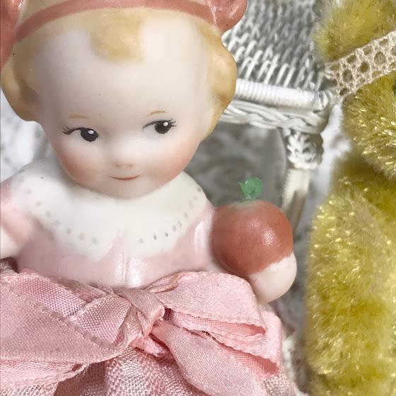 大きく結ったリボンはアンティーク。リンゴの色も手彩色で焼き付けです。