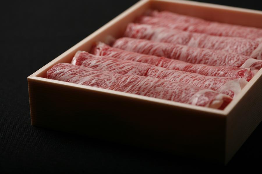 上記リブロース400gを詰めた様子です。肉の下には保冷剤を敷き詰めます。通常1枚が40グラム前後で10枚程度入ります。お好みで厚さも調整いたしますのでお気軽にどうぞ。