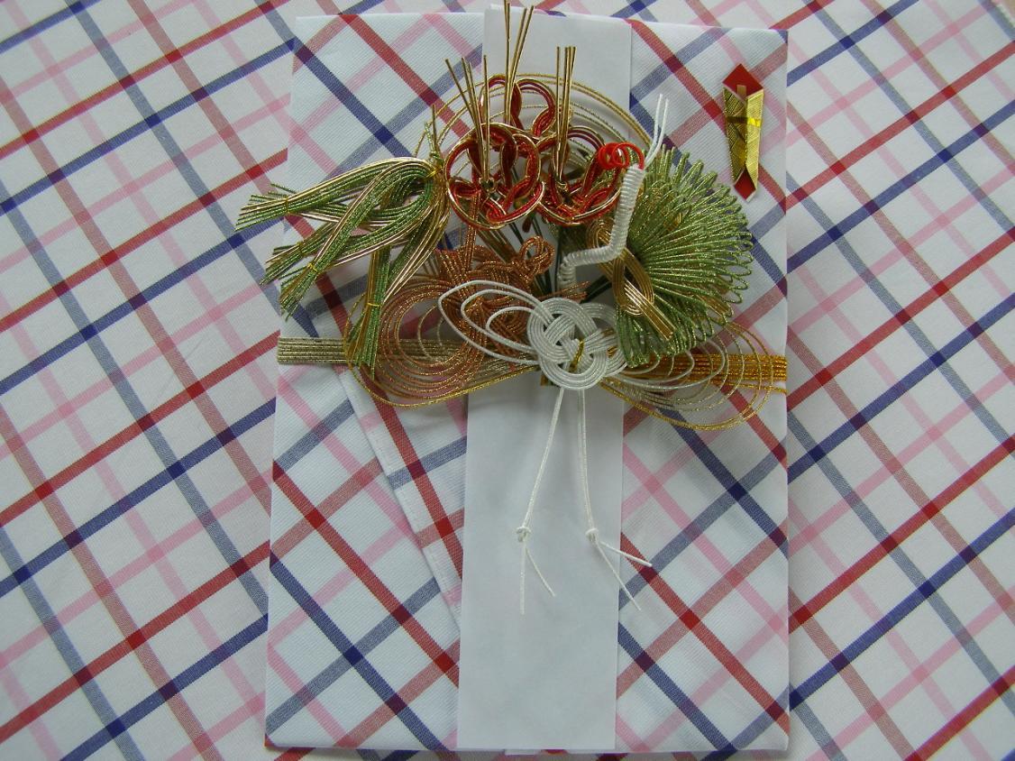 <P>※兵庫県の先染め織物「播州織」ハンカチに長野の水引きを結んだ祝儀袋です。<BR><BR>広げると約50cm四方のハンカチになり、もらった方にいつまでも<BR>使っていただけるハッピー&エコロジーな商品です。<BR><BR></P><br /><P>高額のお祝い用に最適な播州織ハンカチ祝儀袋</P><br /><P>♪ご親戚やお世話になった方など、5万円以上のご祝儀を贈る時には<BR>豪華な水引きと、後で使っていただけるハンカチ祝儀袋はいかかですか?<BR><BR></P>