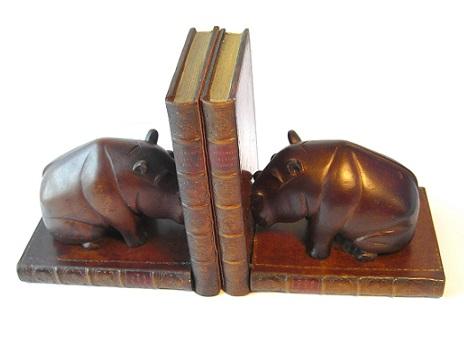 """<font face=""""Arial, Verdana"""" size=""""2"""">The Original Book Works(オリジナル ブック ワークス)の製品です。ブロンズ仕上げのカバが、革装丁の古い洋書の上に乗ったブックスタンドセットです。高級感があり、大人の雰囲気の書斎に似合います。革装丁/書籍/古書/洋書/雑貨/インテリア。</font>"""