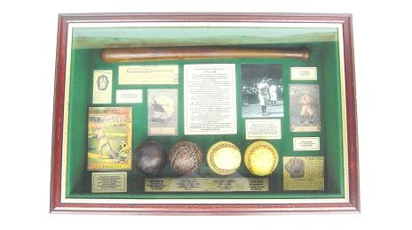ベースボールの歴史を厚みのある額縁に閉じ込めたインテリアです。内容は「BASE BALL BATS」「CATCHERS MASKS」「Baseball Guide」「Babe Ruth-The Sultion of Swet」などで、バットとボールのミニチュアが歴史を感じさせます。吊り下げる金具が 2 個付いています。吊り下げる金具が 2 個付いています。