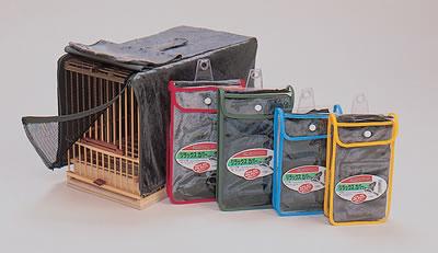 9寸上部に取っ手を引き出すための切込みが付いています。  竹カゴの入口が開けられるように2重になっています。  内側はジッパー付きのメッシュ仕上げです。 素材はベロアになります。  夜間のみ使用している方が多いようですが昼間も使用することで、 小鳥に安らぎを与えます、  ●リラックスカバー…このカバーは、特別な生地で多少の光を入れ小鳥に安心感を与えます。  夜だけに使用している方が多いのですが、周りをウロウロされる事を嫌う小鳥達にとっては、 日中使用するとリラックスした環境になるでしょう。   店主の意見 荒鳥の暴れる鳥を落ち着かせるのにも最適です。