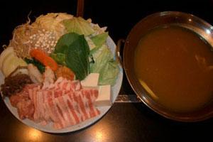 各自で擦って食す白胡麻と、和風醤油味のスープが絶妙なバランスです。<br />北海道利尻昆布、うるめ、鯖、とんぼの削り節で出汁を丁寧にとっています。