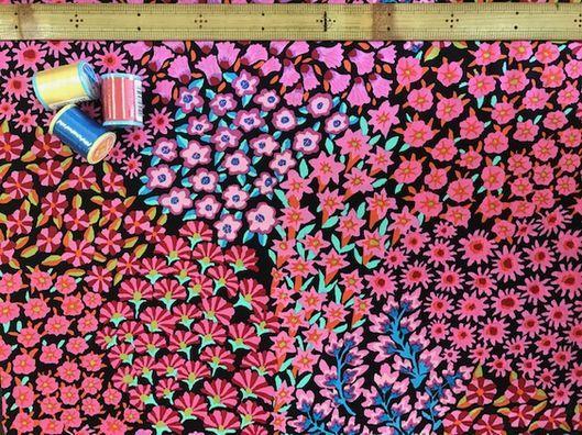 布「ケイフファセット18」<br><br>イギリス在住のアーティスト Kaffe Fassett によるデザインの布です。<br>パッチワーク、小物、ウェアなど、オリジナルな色をお楽しみください。<br><br><div>綿100% 約110cm幅 価格は、10cmの値段です。</div><div>スクエア、シーチングよりちょっとだけ薄め。</div><div>30cm以上10cm単位でお切りします。</div><br>店頭でも販売しています。在庫数は、実際の数字とは異なる場合があります。<br>ご了承ください。