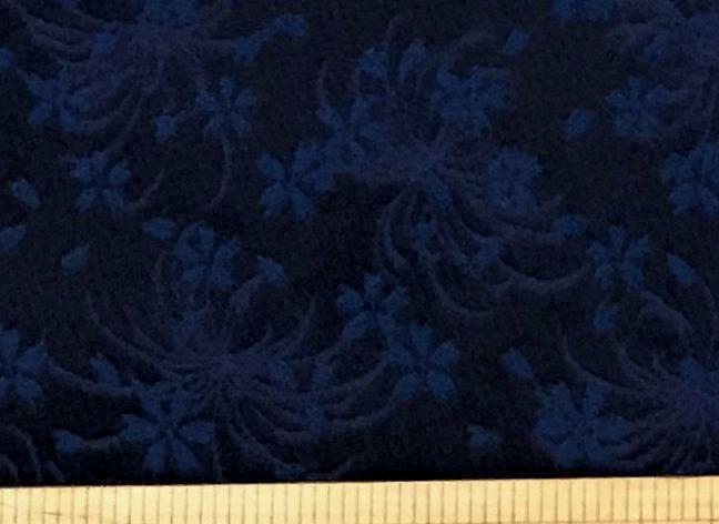 布「濃紺地に小花」京都西陣織<br>ポリエステル100% 68cm幅<br>京都の老舗の西陣織です。<br><br>つやがありなかなか写真では色が伝わりません。<br>それぞれの写真のコメントも参考にしてください。<br><br>30cm以上10cm単位でお切りします。<br>価格は、10cmの値段です。<br><br>店頭でも販売しています。在庫数は、実際の数字とは異なる場合があります。<br>ご了承ください。<br><br>