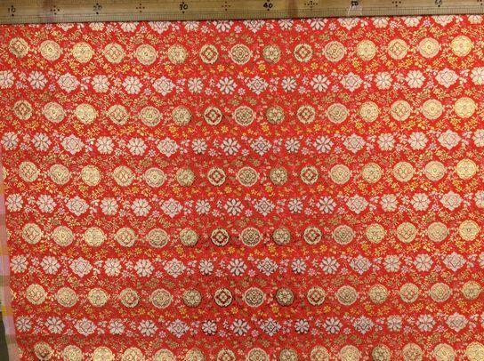 布「連続柄2」京都西陣織<br>ポリエステル100% 68cm幅 30cm以上10cm単位でお切りします。<br>京都の老舗の西陣織です。<br><br>店頭でも販売しています。在庫数は、実際の数字とは異なる場合があります。<br>ご了承ください。<br><br>