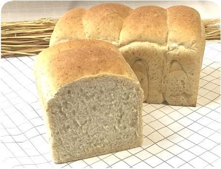 <p>全粒粉の香ばしさともちもちの歯ごたえ、それに自然な小麦粉の甘さが感じられるこだわりの食パンです。厚めにスライスしてしっかりトーストの味わいと薄くスライスしてのサンドイッチの味わい。どちらもお試しください。</p><p>私は、しっかりトーストにバターとりんごジャムがお気に入りです。</p>