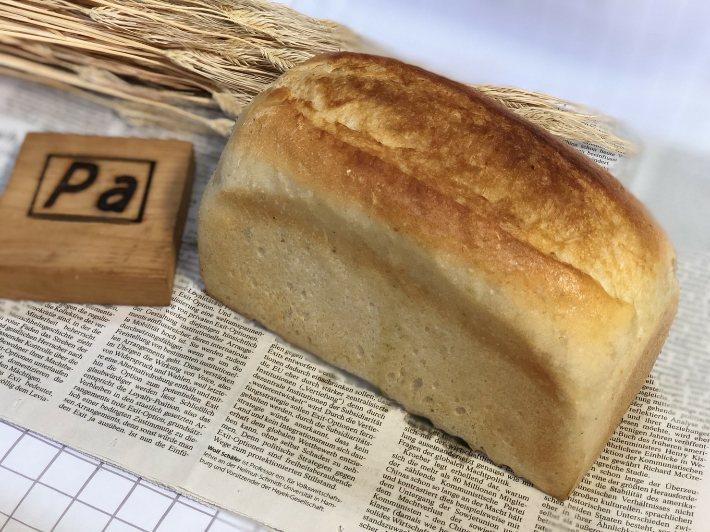 ワンローフの食パンにバターをたっぷりしみこませて焼き上げました。