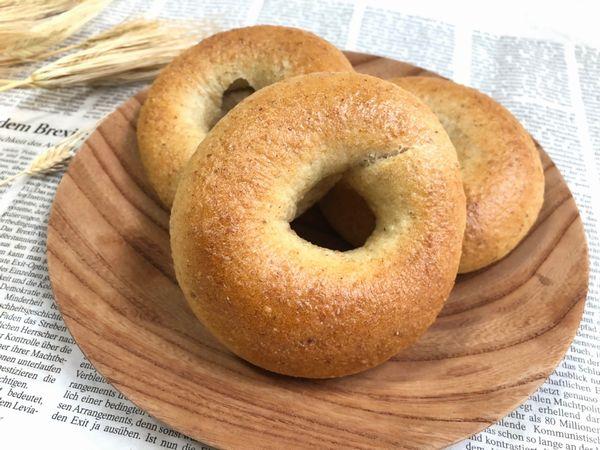 小麦粉に全粒粉20%配合して噛み応えと香ばしさを楽しめるベーグルにしました