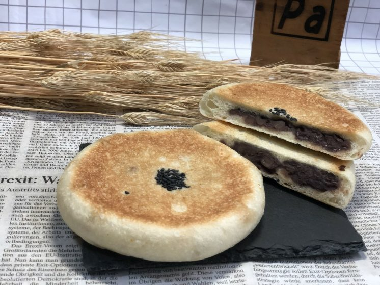 北海道産小豆を丁寧につぶあんにして包んであります。