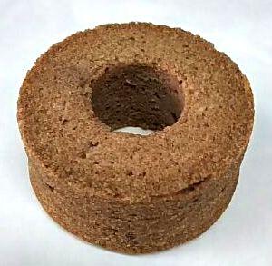 小さなシフォン型で焼き上げたおからと米粉のケーキです