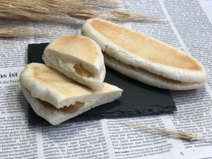 柔らかなパン生地にリンゴのフィリングとバターが美味しい人気商品です