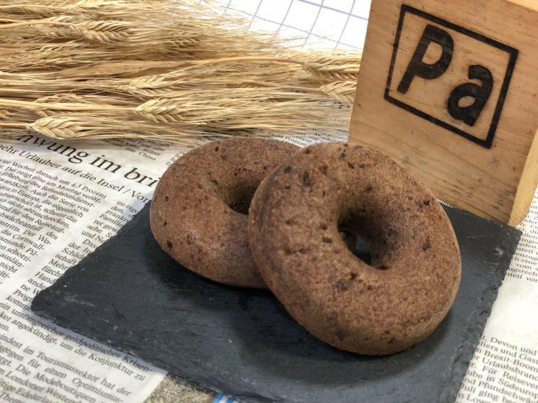 ココア生地にチョコレートを入れた豆乳と国内産米粉、小麦粉を使った焼きドーナッツ