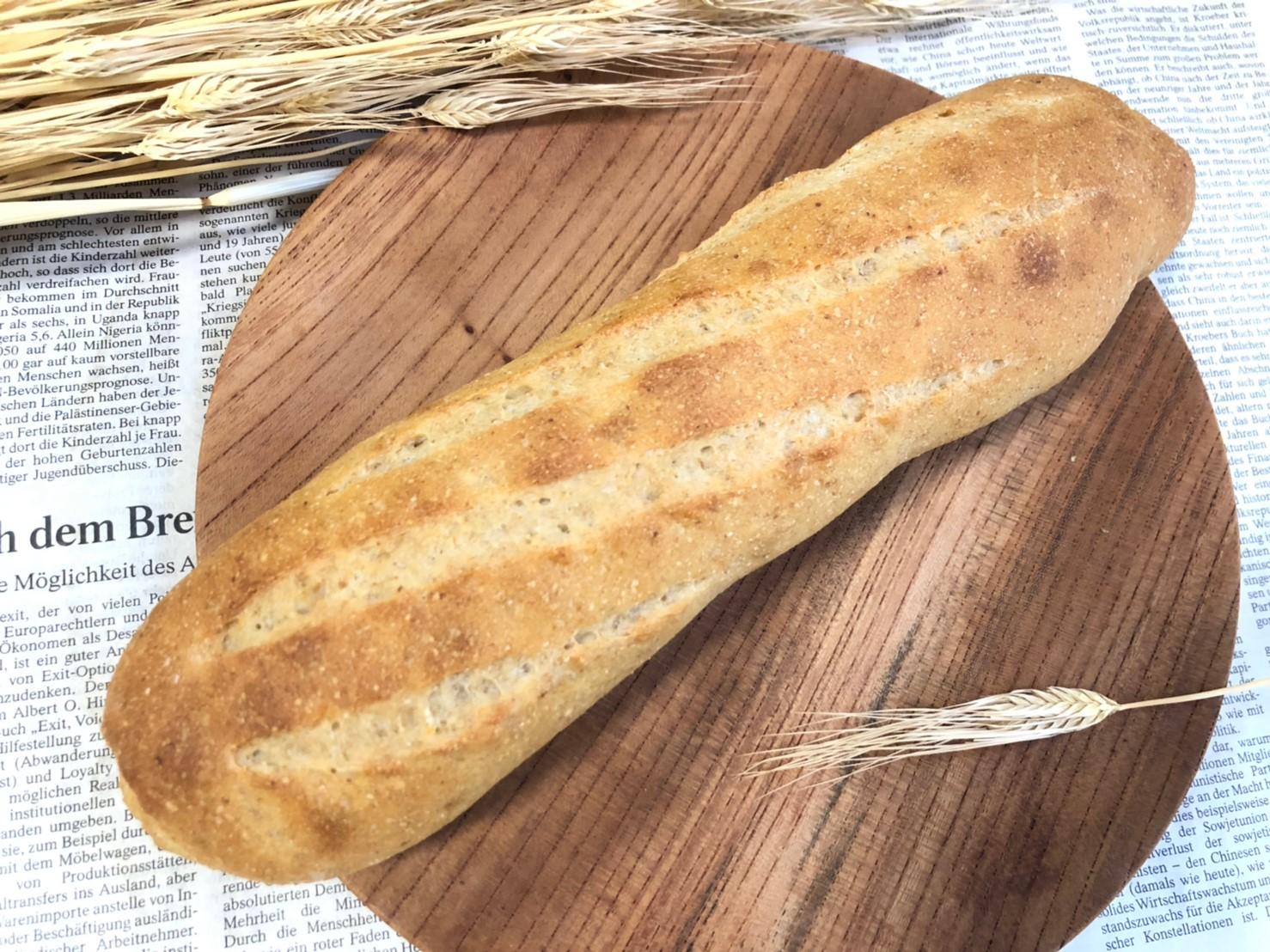 <p>ライ麦粉を粉の20%配合して焼き上げました。ライ麦の、ほのかな酸味が広がる食べやすいパンです。</p>