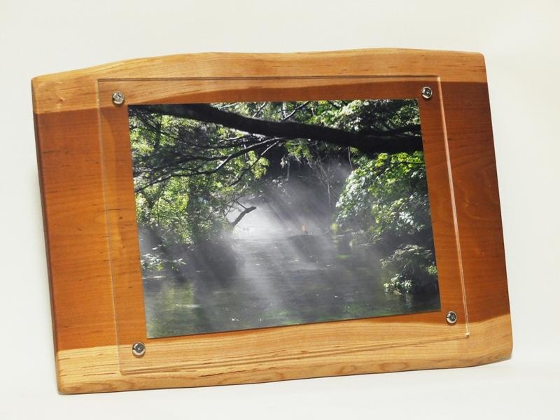 壁掛けタイプの天然木フォトフレーム<div>朱里桜の天然木で作った世界に一つしかない壁掛けフォトフレームです。<br>和室・洋室問わず、リビング・寝室から玄関など場所を選ばずに飾って頂けます。<br>A4サイズの写真が入れる事が出来る壁掛け天然木フォトフレームは<br>お部屋のインテリアやお店のディスプレーなどにピッタリな商品です。<br>落ち着きのある木の温もりを感じて頂ける壁掛けフォトフレームです<div>天然木サイズ幅約460ミリ高さ約325ミリ厚さ約15ミリ</div></div>