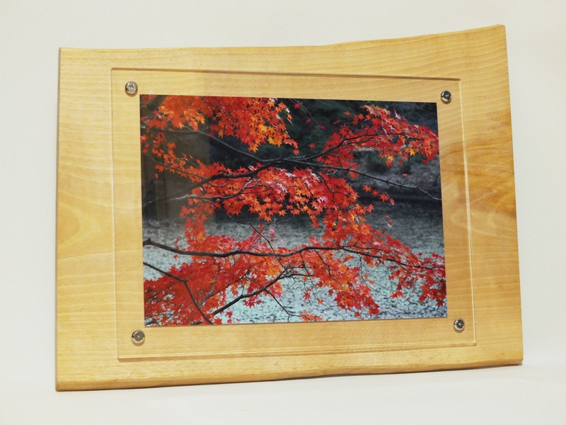 壁掛けタイプの天然木フォトフレーム<div>水目桜の天然木で作った世界に一つしかない壁掛けフォトフレームです。<br>和室・洋室問わず、リビング・寝室から玄関など場所を選ばずに飾って頂けます。<br>A4サイズの写真が入れる事が出来る壁掛け天然木フォトフレームは<br>お部屋のインテリアやお店のディスプレーなどにピッタリな商品です。<br>落ち着きのある木の温もりを感じて頂ける壁掛けフォトフレームで、</div><div>プレゼントにも人気のフォトフレームです<br><div>天然木サイズ幅約4458ミリ高さ約345ミリ厚さ約15ミリ</div></div>