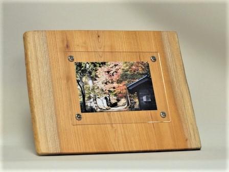 """<b>壁掛け出来る木製のフォトフレーム</b><span style=""""font-weight: normal;"""">です。<div>欅の木の天然無垢板で作った世界に一つしかないフォトフレームは、和室・洋室問わず、リビング・寝室から玄関など置き場所を選ばずに飾って頂けます。<br>ハガキサイズのKG版の写真が入れる事が出来、置型・壁掛けどちらでも出来るので、お部屋のインテリアやお店のディスプレーなどにピッタリな商品です。<br>落ち着きのある木の温もりを感じて頂ける天然木フォトフレームはプレゼントにも人気のフォトフレームです。<div>サイズ:約:幅320㎜×高さ250㎜×厚み15㎜</div></div></span>"""