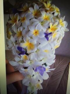 プルメリア生花ブライダルブーケ・ブートニア・ヘアードレスのお届けです♪<br>関東で 送料:3800円<br><br>挙式前日のお届けです<br>※独自の方法で十分な保水をしています。<br>ドレスに合わせてご希望のブーケを心を込めてお作り致します♪ ご要望は適用欄にご記入ください。