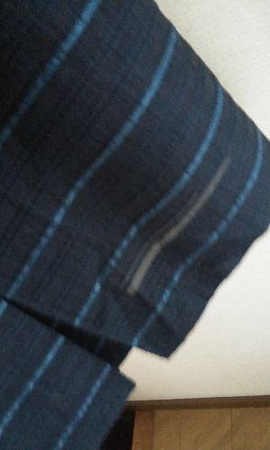 スカートすそ、少しスリットあって