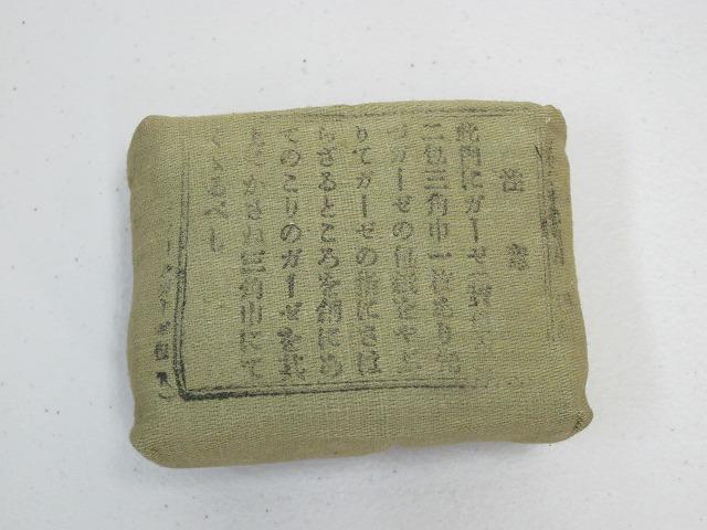 <p>実物未使用の野戦用三角巾と包帯です。</p><p>戦闘服の包帯ポケットに入れて携帯します。</p><p>このアイテムも近年希少となりました。</p><p>レターパック360円で発送可能です。</p>