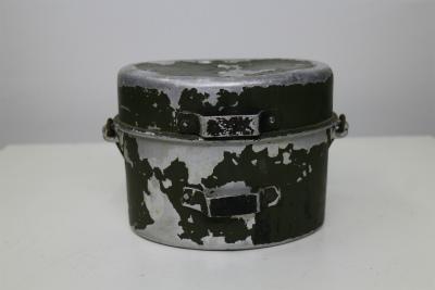 <div>大戦中イタリア軍の飯盒です。</div><div>マイナーアイテムの為、現在入手困難となりつつあります。</div><div>オリジナル塗装が30%程度あります。</div>