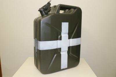 <div>ドイツ軍代用、NATO軍用ジェリカン良品のご紹介です。</div><div>こちらは本来燃料用ですが、あえて水専用のマーキングを施しました。</div><div>水を入れる事は出来ませんが、リエナクトのお供にどうぞご活用下さい。</div><div>ダークイエローベース、三色迷彩も御座います。</div>