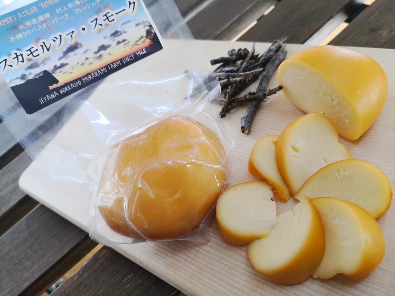 <p>フレッシュチーズ 90g<br><br>モッツァレラを塩水に漬けた後、乾燥熟成させたスカモルツァを、燻製したものです。<br>カチョカバロと似た作りになっています。そのままおつまみとしたり、トースト、ピザ、グラタンなど過熱料理でとろけておいしく召し上がれます。<br></p>