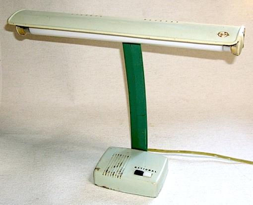レトロ&シャビーな松下電器産業株式会社製の「ナショナル」ブランドの電気スタンド、昭和20年代後半〜30年代前半に製造された物です。<br>