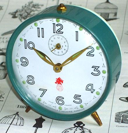 フランス・SMIのツートーンカラーの目覚時計、1960年頃に製造された物です。